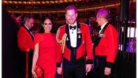 <p>Pangeran Harry tampil gagah mengenakan setelan jas merah, dengan desain aksesoris khas kerajaan. Serasi dengan Meghan Markle yang mengenakan gaun merah. (Foto: Instagram @sussexroyal)</p>