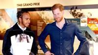 <p>Keesokan harinya, 7 Maret 2020, Pangeran Harry berkunjung ke museum modern The Silverstone Experience, ditemani pembalap Formula 1 kebanggaan Inggris, Lewis Hamilton. (Foto: Instagram @sussexroyal)</p>