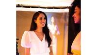 <p>Di lain tempat, Meghan Markle datang ke National Theatre di London. Meghan tampil cantik dibalut gaun berwarna putih. (Foto: Instagram @sussexroyal)</p>