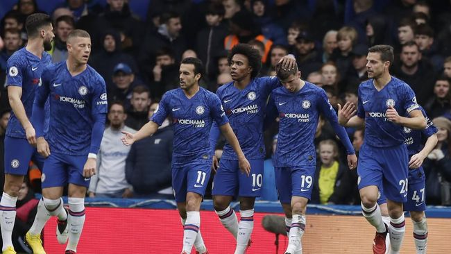 Chelsea's Mason Mount, second from right, celebrates with teammates after scoring the opening goal during the English Premier League soccer match between Chelsea and Everton at Stamford Bridge stadium in London, Sunday, March 8, 2020. (AP Photo/Matt Dunham)