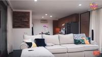 <p>Irish dan Ammar membuat ruang keluarga dengan ukuran yang cukup luas. Sofa yang mereka pilih juga terbilang besar karena Irish dan Ammar sering menerima banyak tamu. (Foto: YouTube Aish TV)</p>