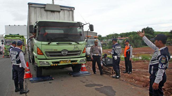 Dari 187 gerbang tol yang ada di jalan tol Tanjung Priok-Bandung, sebanyak 13 titik mengawasi truk overload dan 13 titik lainnya mengawasi overdimension.