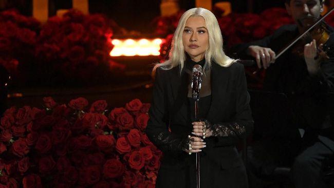Christina Aguilera bukan hanya membawakan kembali Reflection untuk film Mulan, ia juga menampilkan lagu tema baru yang bertajuk Loyal, Brave, True.