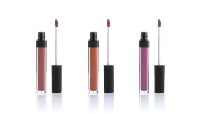 Lipstik cair dikenal dengan keawetan melekat di bibir, namun keunggulan ini tak lantas membuat perempuan cakap mengaplikasikan.