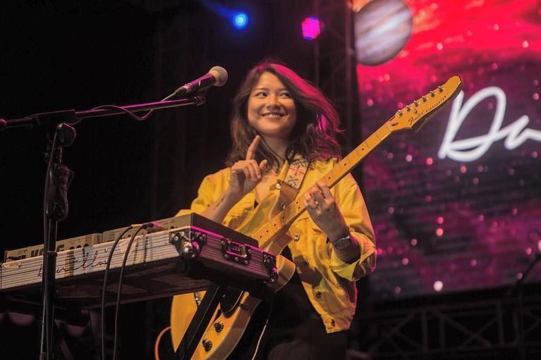 Danilla Riyadi adalah musisi Tanah Air yang dikagumi oleh banyak orang. Kecantikan dan keahliannya bermain gitar berhasil menghipnotis para pecinta musik.