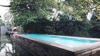 <p>Di depan rumah Irish dan Ammar ada sebuah kolam renang bersama. Kolam renang ini bisa digunakan oleh seluruh penghuni town house. Bak sebuah villa mewah ya, Bun. (Foto: YouTube Aish TV)</p>