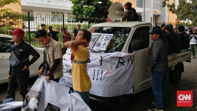 Ratusan Mahasiswa mulai bergerak menuju Jalan Gejayan memulai aksi bertajuk #GejayanMemanggil menolak RUU Omnibus Law Cipta Kerja.