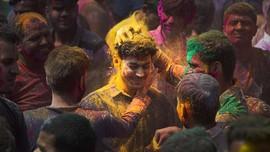 Semarak Festival Holi Hindu India di Tengah Cemas Corona