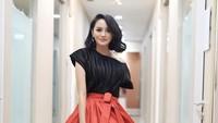 <p>Mengenakan gaun merah dan hitam, Rini terlihat anggun sekaligus manis. Setuju ya, Bun? (Foto: Instagram @ririnekawati)</p>