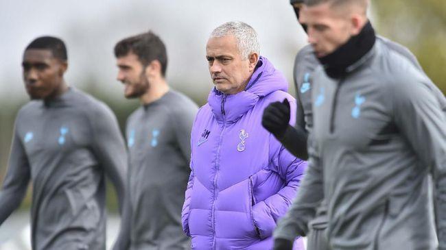 Tottenham Hotspur mengingatkan para pemain agar mematuhi aturan jaga jarak setelah muncul video latihan Jose Mourinho.