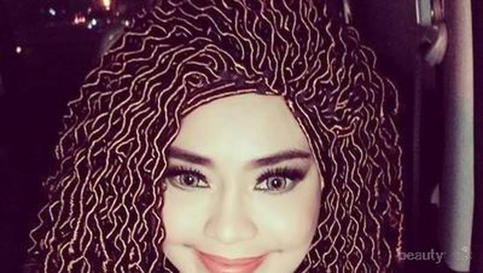 Hijab wig, kocak banget ya gaya hijabnya Iyeth Bustami ini