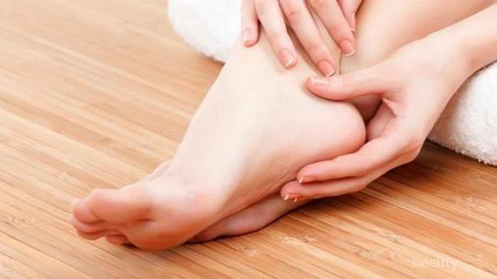 Gimana cara mengatasi kulit pecah-pecah di kaki?