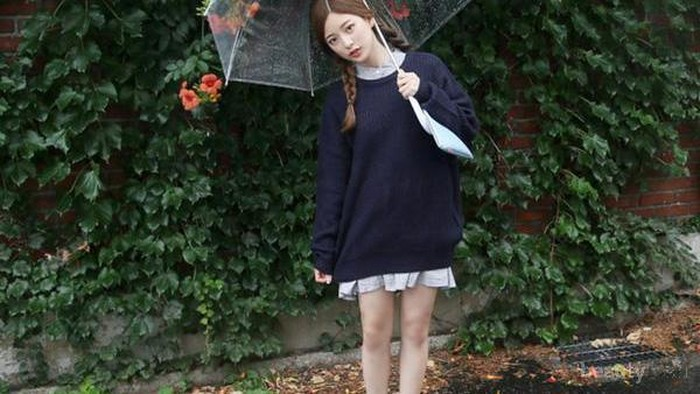 Supaya Enggak Basah Kuyup, Jangan Abaikan 5 Tips Fashion Musim Hujan Ini!