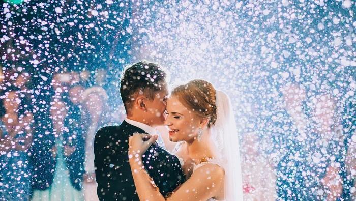 Lagu romantis apa ya yang cocok disetel saat acara pernikahan?