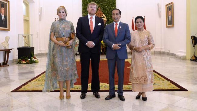 Saat menyambut Raja dan Ratu Belanda, Iriana Jokowi ditemani cucu keduanya Sedah Mirah menggunakan baju tradisional Indonesia.