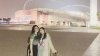 """<p>Mella mengucap terimakasih pada Via, saat diajak liburan ke Qatar. Keduanya berfoto bersama di depan Sheikh Khalifah International Stadium. Mella sampai bilang, """"Love you banget dehhh"""", untuk mengucap terimakasih kepada sang kakak. (Foto: Instagram @mellross_08)</p>"""