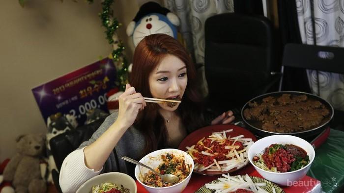 Jangan Ngaku Food Lovers Kalau Belum Tahu Mukbang, Tren Makan Banyak Namun Tetap Kurus