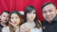 <p>Mella menemani Via Vallen saat mengisi acara di Trans Studio Mall, Bali. Banyak yang salah fokus melihat Via dan Mella wefie. Katanya, foto mereka berdua terlihat lebih cantik dibanding lihat di televisi. (Foto: Instagram @mellross_08)</p>