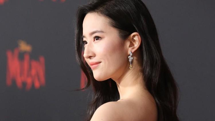 Sempat mendapat kritik pedas hingga boikot film yang dibintanginya, Yufei tampil memukau dengan gaun desainer di gala premiere film Mulan.
