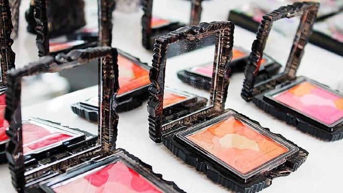 Anna Sui Rose Cheek Blush N, Blusher dengan Packaging Super Menggemaskan!