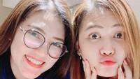 <p>Kalau foto close-up seperti ini benar-benar mirip banget ya, Bun. Banyak netizen bilang, terkejut melihat kecantikan mereka yang super kinclong. (Foto: Instagram @mellross_08)</p>