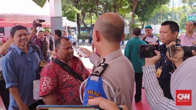 Polda Metro Jaya mulai memberlakukan pengecekan suhu tubuh terhadap warga yang ingin memasuki wilayah Satuan Administrasi Manunggal Satu Atap (Samsat) dan Sentra Pelayanan Kepolisian Terpadu (SPKT) untuk mengurusi perpanjangan STNK dan SIM.