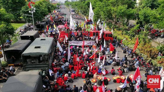 Buruh-Mahasiswa Jatim Demo Omnibus Law, Bundaran Waru Lumpuh