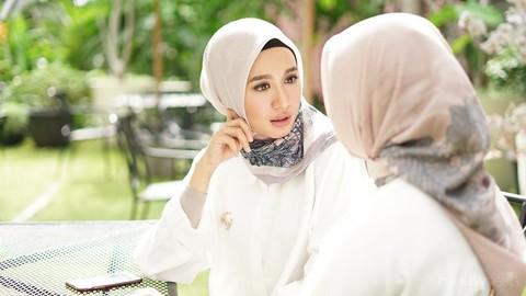 Dari Casual Hingga Formal Yuk Intip Gaya Hijab Segi Empat Rapi Khas Laudya Cynthia Bella