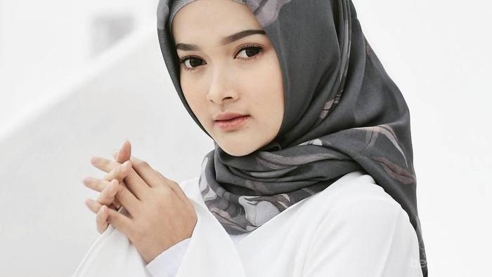 Hijab Lepek Karena Kehujanan Saat Berangkat Kerja? Ini Dia Tips Praktis Mengeringkan Hijab di Kantor
