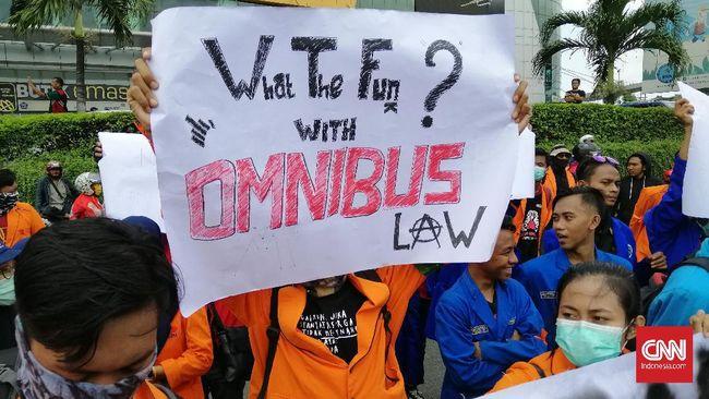 Ribuan massa buruh dan mahasiswa yang tergabung dalam aksi Gerakan Tolak Omnibus Law (Getol) Jawa Timur mulai berdatangan ke Bundaran Waru, Surabaya.