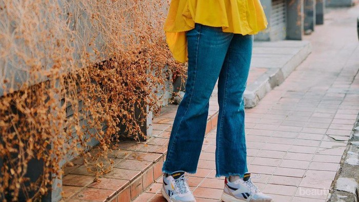 Inspirasi Outfit Hijab ala Marsha Natika dengan Sneakers