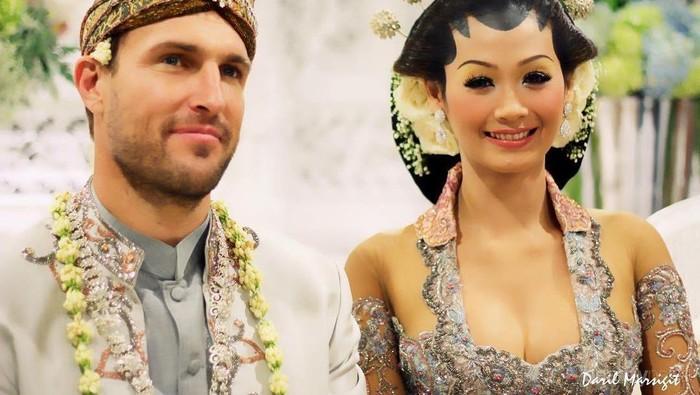 Enggak Nyangka Ternyata Ini Lho Alasan Para Pria Bule Lebih Tertarik Menikahi Wanita Indonesia