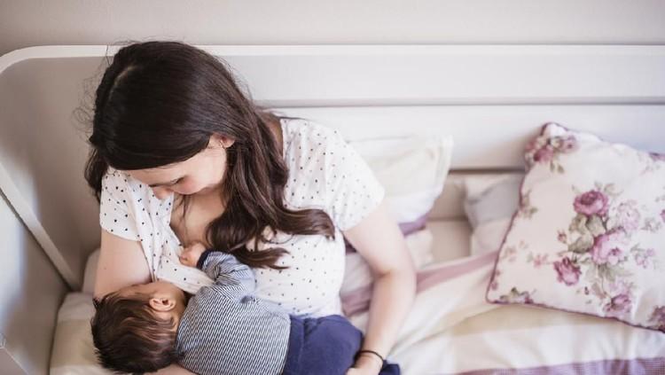 Bayi yang mudah tertidur saat disusui membuat Bunda galau ya, apakah mereka sudah kenyang atau memang ngantuk?