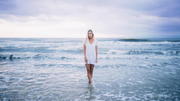 Tak Melulu Bikini, 5 Outfit Simple Ini Stylist Buat ke Pantai!