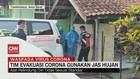 VIDEO: Tim Evakuasi Corona di Tasikmalaya Gunakan Jas Hujan