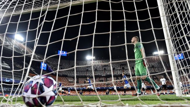 Atalanta's Josip Ilicic scores a penalty kick his side's second goal during the Champions League round of 16 second leg soccer match between Valencia and Atalanta in Valencia, Spain, Tuesday March 10, 2020. The match is being in an empty stadium because of the coronavirus outbreak. (UEFA via AP)
