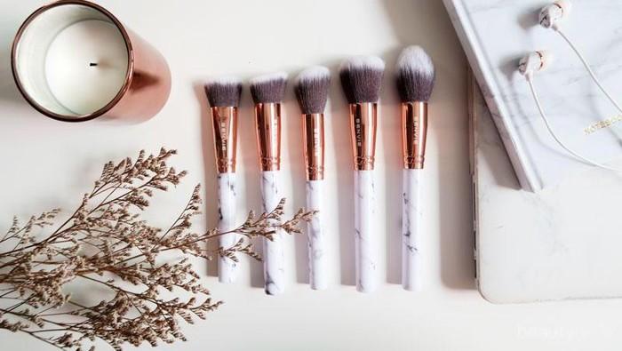 Sebelum Bepergian, Pastikan 4 Brush Ini Sudah Ada di Makeup Pouch Kamu ya!