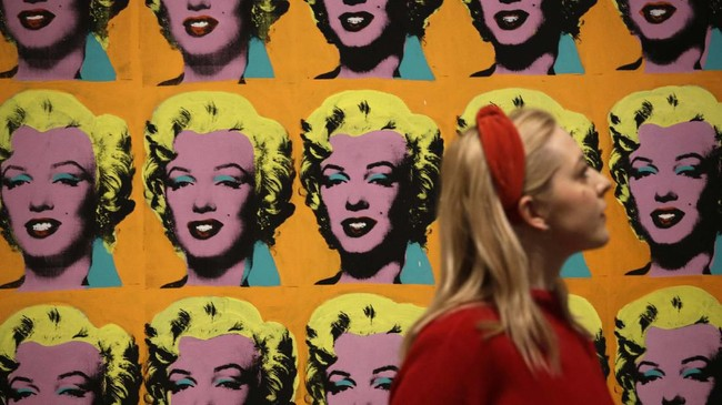 Pameran Andy Warhol di London digelar untuk mengenal lebih jauh pribadi dan latar belakang salah satu seniman paling populer di abad ke-20 tersebut.