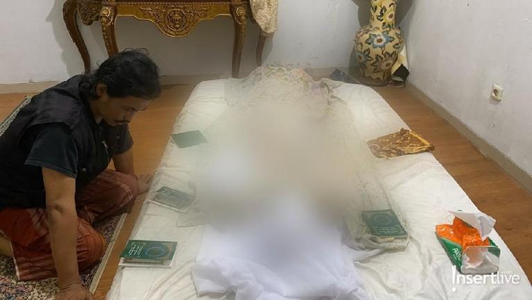 Penyanyi legendaris Rama Aiphama meninggal dunia pada Rabu (11/3). Jenazah Rama Aiphama disemayamkan di rumah duka di Condet, Jakarta Timur.