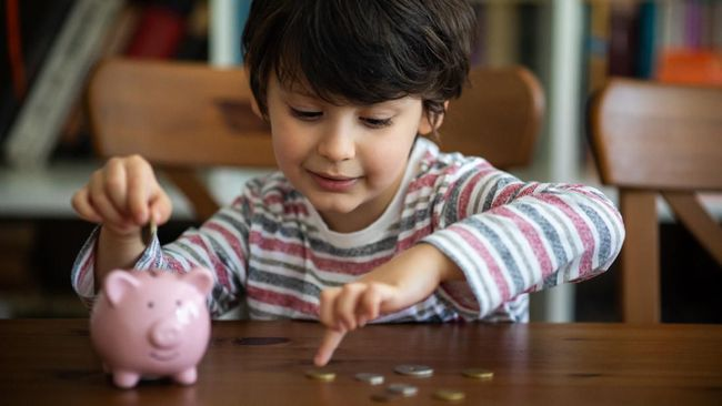 Memberikan edukasi keuangan pada anak sedari dini jelas bermanfaat agar ketika dewasa mereka tak salah langkah mengelola uangnya.