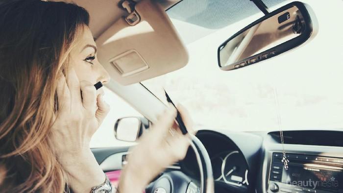 Anti Berantakan, Inilah Tips Mengaplikasikan Eyeliner di Mobil yang Bisa Kamu Coba!