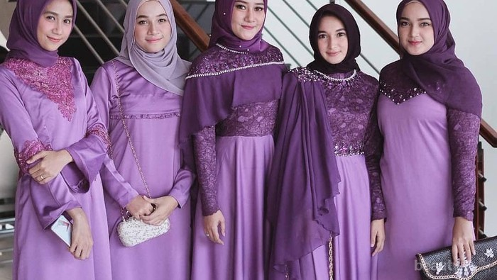 Tampil Cantik dan Playful, Ini Inspirasi Bridesmaid Dress Warna Ungu