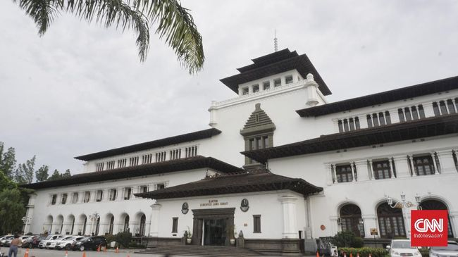 Pemkot Bandung menyelenggarakan rapid test corona terhadap 300 orang di Gedung Sate dan Balai Kota Bandung yang sebelumnya sempat ditolak warga.
