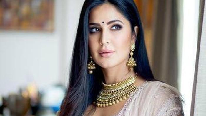 Makeup dan Gaun Katrina Kaif Saat Hadiri Pernikahan Anak Raam Punjabi