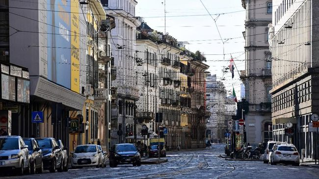 A picture taken on March 8, 2020 shows the deserted Via Manzoni in central Milan, after millions of people were placed under forced quarantine in northern Italy as the government approved drastic measures in an attempt to halt the spread of the COVID-19 outbreak, caused by the novel coronavirus that is sweeping the globe. - On top of the forced quarantine of 15 million people in vast areas of northern Italy until April 3, the government has also closed schools, nightclubs and casinos throughout the country, according to the text of the decree published on the government website. With more than 230 fatalities, Italy has recorded the most deaths from the COVID-19 disease of any country outside China, where the outbreak began in December. (Photo by Miguel MEDINA / AFP)