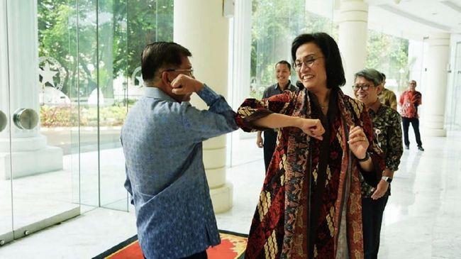 Menkeu Sri Mulyani dan eks wapres Jusuf Kalla bersalaman dengan menggunakan sikut di pertemuan Ikatan Ahli Ekonomi Islam (IAEI).