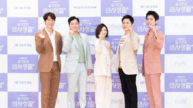 Drama Korea terbaru, Hospital Playlist, tayang di Netflix mulai 12 Maret. Berikut sinopsis drama Korea garapan sutradara Shin Won-ho tersebut.