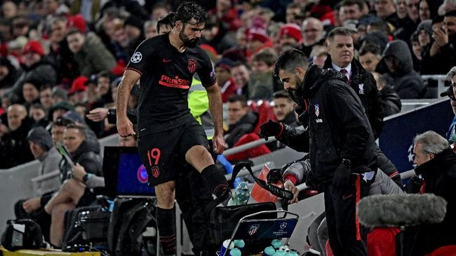 Diego Costa berpura-pura batuk dan disebut mencoba berguyon soal virus corona, namun humornya itu dinilai keterlaluan.
