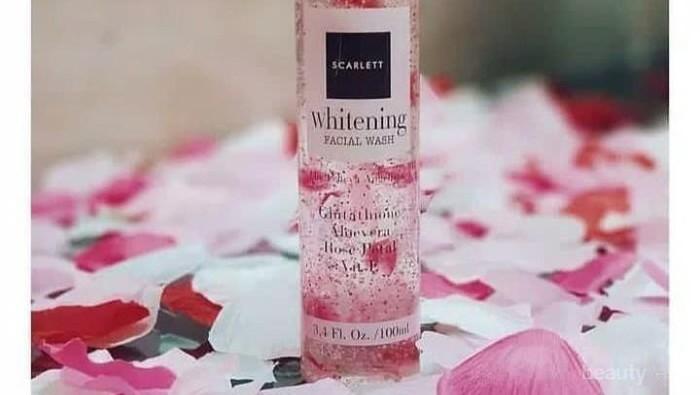 Selain Mencerahkan, Scarlett Whitening Facial Wash Punya 5 Manfaat Lain untuk Wajah!