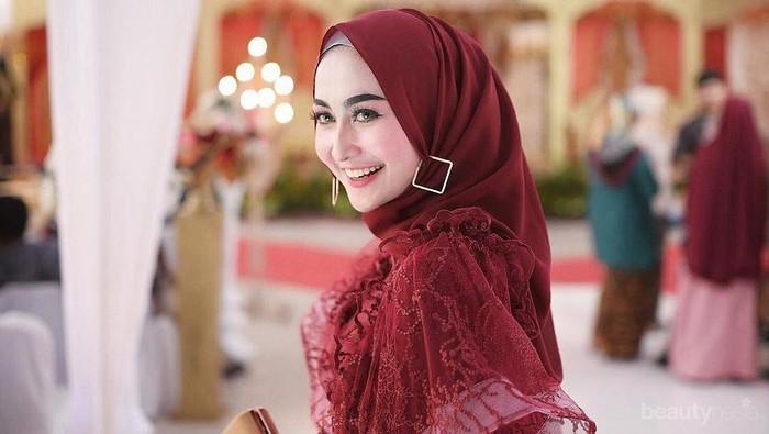 5 Inspirasi Baju Kondangan Warna Maroon yang Elegan ala Siti Ashari